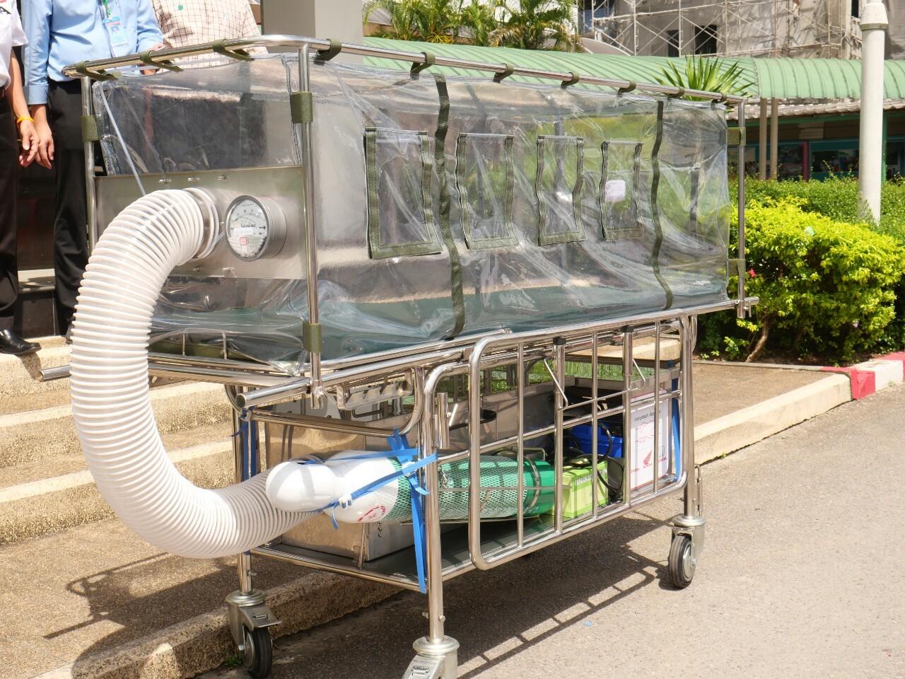 ส่งมอบเตียงเคลื่อนย้ายผู้ป่วยแรงดันลบและอุปกรณ์ทางการแพทย์